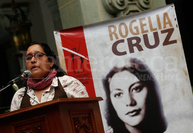 Rogelia Cruz Estrada, prima de la malograda ex reina de belleza estuvo presente en un homenaje póstumo que le realizara el gobierno de Guatemala el 23 de marzo de 2011. (Foto: Hemeroteca PL)