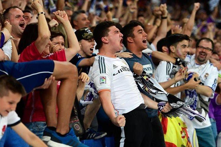 Los seguidores del Real Madrid estallaron de alegría en el estadio Santiago Bernabéu. (Foto Prensa Libre: AFP)