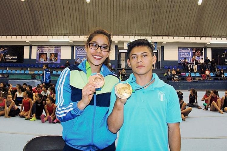 Jorge Vega y Sofía Gómez, muestran las medallas ganadas en Toronto 2015. (Foto Prensa Libre: Cortesía CDAG).