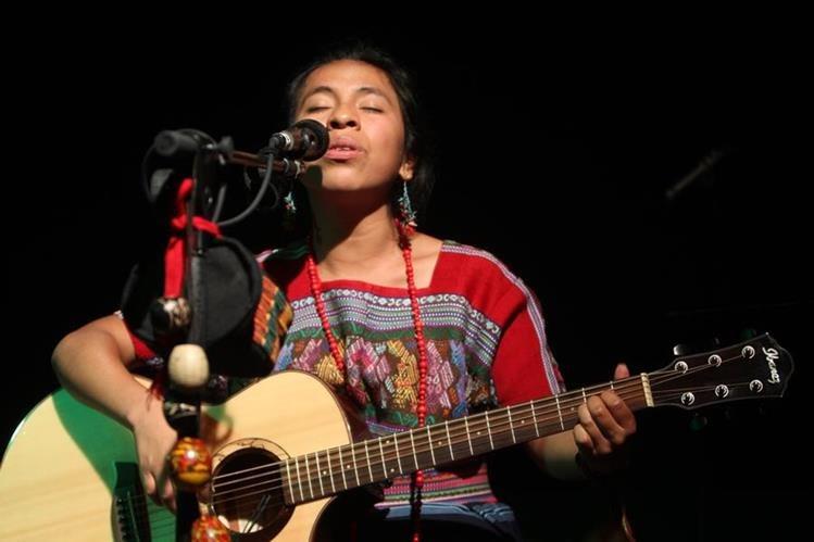La cantante Sara Curruchich envía un mensaje de unidad. (Foto Prensa Libre: Hemeroteca PL)