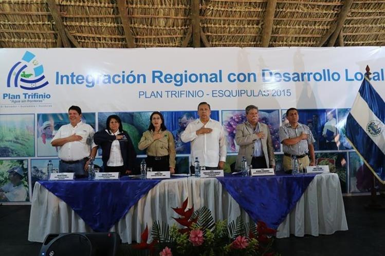 Presidente en funciones Juan Alfonso Fuentes Soria junto a autoridades locales. (Foto Prensa Libre: Edwin Paxtor)