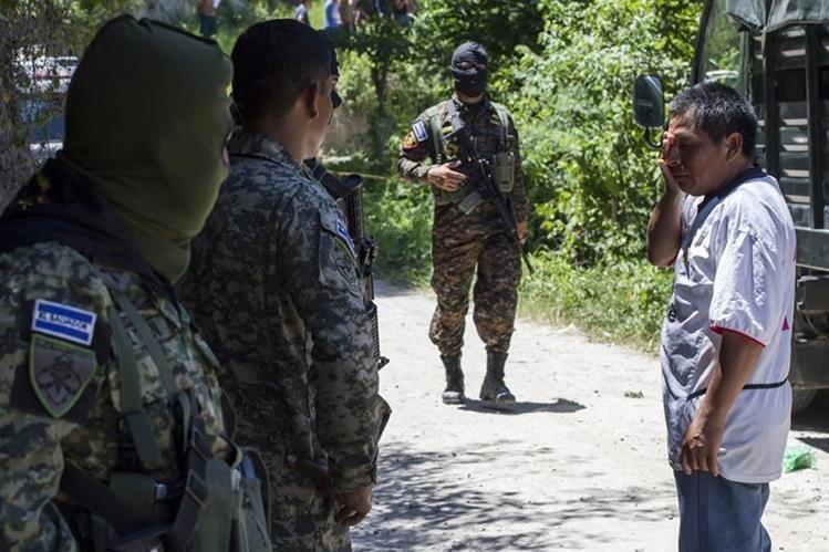 Soldados vigilan un sector afectado por la violencia de pandillas en San Salvador. (AFP).