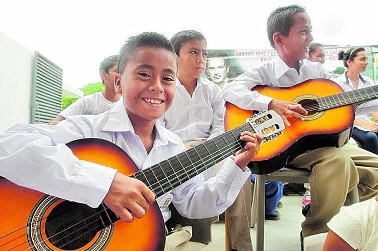 Los estudiantes de la escuela reciben formación escolar, musical, tecnológica, en educación física y valores. (Foto Prensa Libre: Hemeroteca PL)