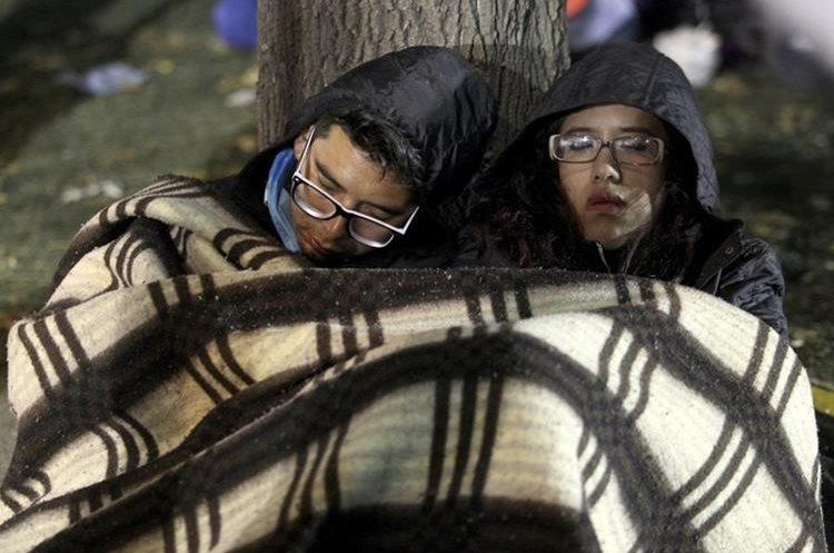 Mientras se reducen las esperanzas de encontrar con vida a los desaparecidos, familiares pasan los días completos afuera de los edificios colapsados. (Foto Prensa Libre: EFE)