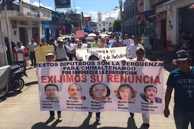 Los diputados que se prestaron también para las modificaciones hechas la semana pasada al Código Penal son denunciados, esto en Chimaltenango.
