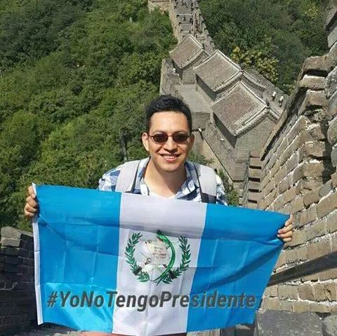 Un guatemalteco desde la Gran Muralla China, exige la dimisión de Otto Pérez Molina. (Foto: Twitter).