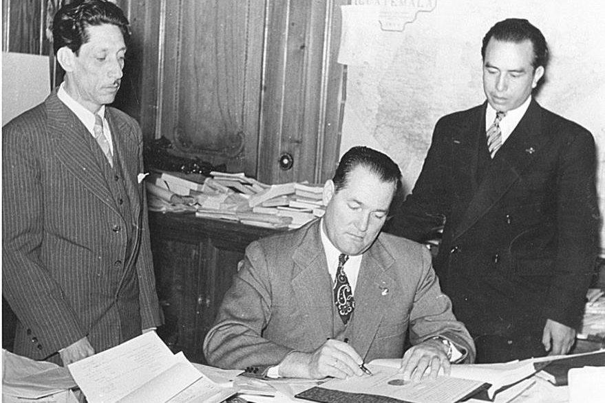 El Presidente Juan José Arévalo firmando el Código de Trabajo. (Foto: CIRMA)