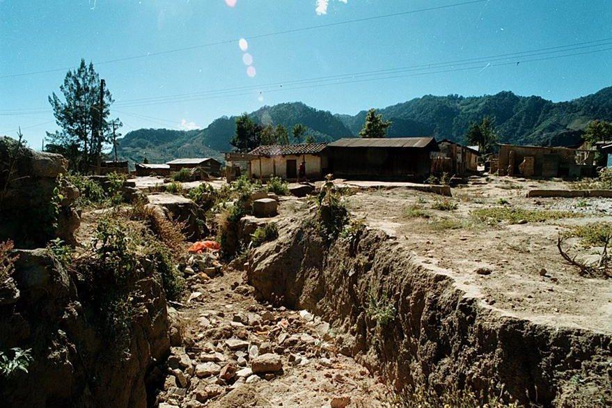 Profundas grietas terminaron con el poblado. (Foto: Hemeroteca PL)