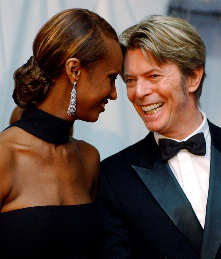 Iman junto a David Bowie durante la gala del Consejo de Diseñadores de Moda Fashion Awards Estados Unidos en Nueva York en junio de 2002. (Foto Prensa Libre: AP)