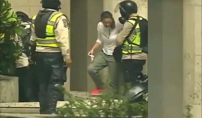 Un video grabado durante una manifestación en Caracas muestra cuando supuestos policías venezolanos asaltan a dos personas. (Foto Prensa Libre: Instagram CNN en Español)