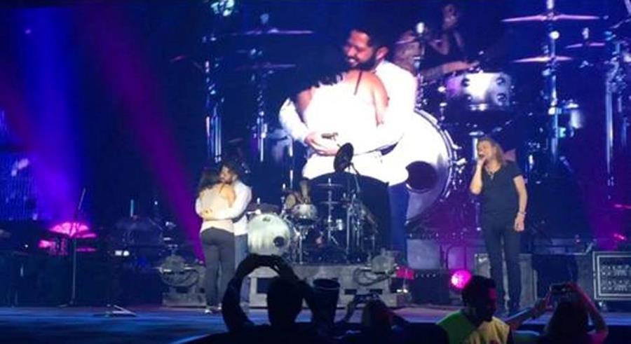 Un fan le pide matrimonio a su novia durante concierto de la banda mexicana Maná. (Foto Prensa Libre: Tomada de YouTube)