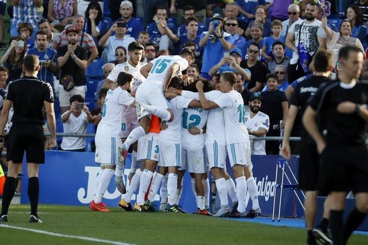 El festejo efusivo entre los jugadores del Madrid tras el gol de Cristiano. (Foto Prensa Libre: EFE)