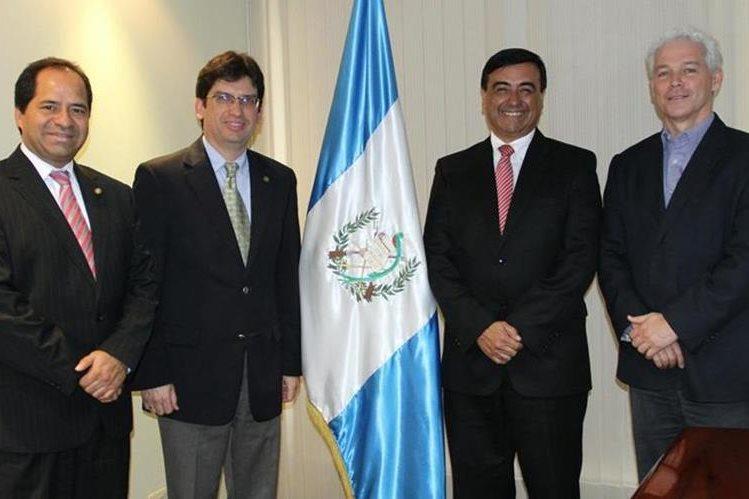Edwin Giovanni Verbena De León, segundo de la derecha a la izquierda, después de su juramentación como nuevo vice ministro. (Foto Prensa Libre: Cortesía Mineco).