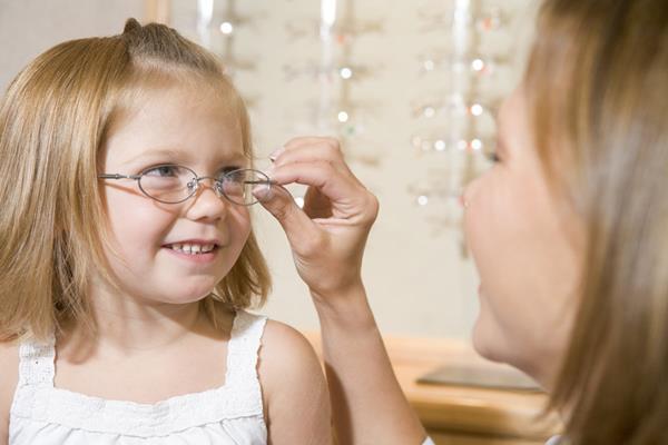 Expertos aconsejan que las revisiones visuales periódicas se inicien al menos a los 3 años de edad. (Foto Prensa Libre: EFE)