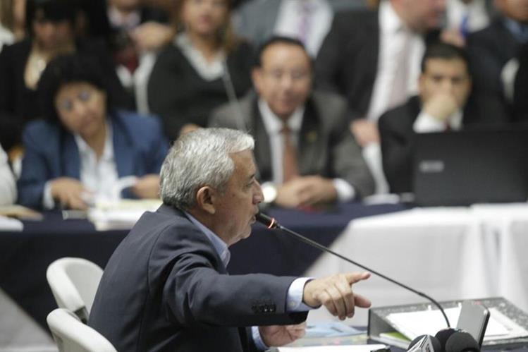 Otto Pérez Molina declara y alega inocencia ante las sindicaciones del MP, en la Sala de Vistas de la CSJ. (Foto Prensa Libre: Edwin Bercián)