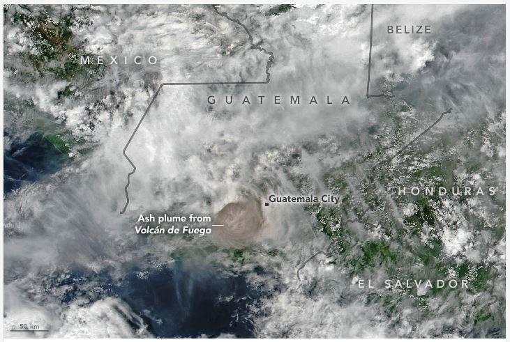 Esta imagen muestra que la columna de flujo piroclástico alcanzó 15 kilómetros de altura. (Foto Prensa Libre: earthobservatory.nasa.gov)