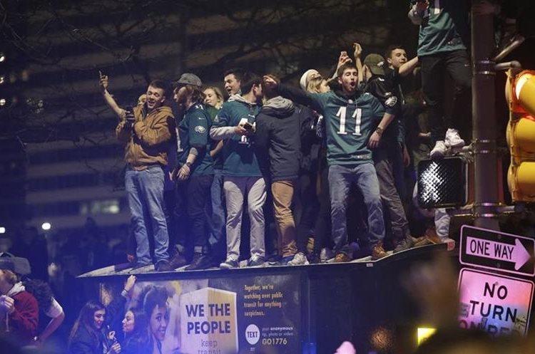 Miles de seguidores de los Eagles festejaron el triunfo de su equipo en las calles de Filadelfia. (Foto Prensa Libre: AFP).