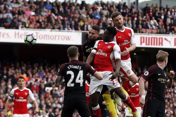 Los jugadores del Arsenal y Manchester City, en acción durante el partido de hoy. (Foto Prensa Libre: AP)