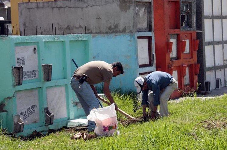 Quetzaltecos limpian tumbas en el cementerio general, previo a la conmemoración de los días de Todos los Santos y de los Fieles Difuntos. (Foto Prensa Libre: Carlos Ventura)