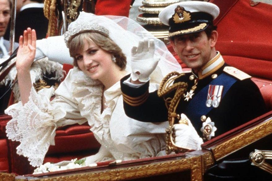 Los príncipes saludan a los británicos en un carruaje el día de su boda. (Foto: AP)