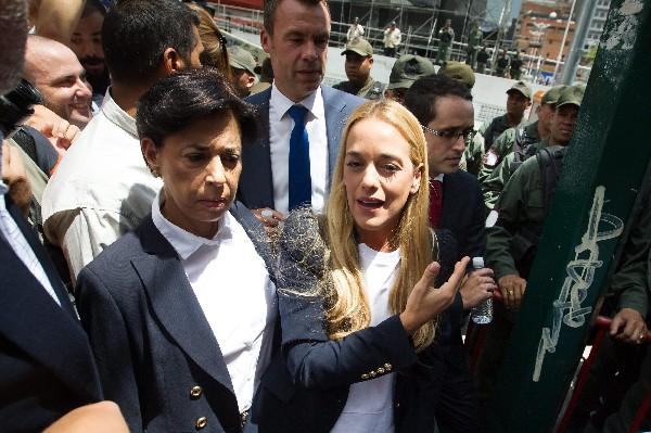 La esposa del líder opositor venezolano Leopoldo López Lilian Tinytori (c) habla a la prensa.
