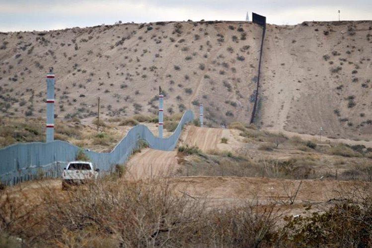 Una patrulla recorre el muro perimetral en el desierto de Sonora en el lado estadounidense. (Foto Prensa Libre: AP).