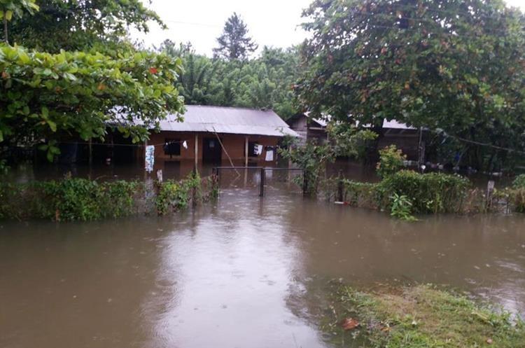 Comunidades de Petén se inundaron el jueves último por la fuerte lluvia. (Foto Prensa Libre: Conred)