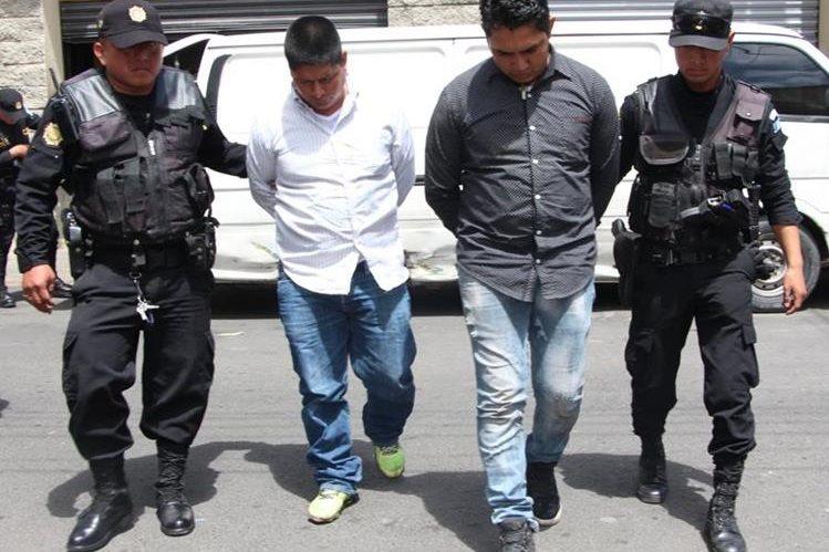 La policía capturó a los supuestos delincuentes, luego de recuperar un vehículo robado en la zona 7. (Foto Prensa Libre: PNC)