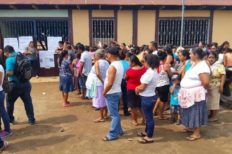 Padres de familia manifiestan frente a la Escuela Oficial Rural Mixta de aldea Bethania, Coatepeque. (Foto Prensa Libre: Alexánder Coyoy).