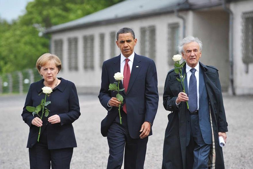 Elie Wiesel (d), junto al presidente de EE. UU., Barack Obama (c), y la canciller alemana Ángela Merkel (i) durante un acto en junio del 2009. (Foto Prensa Libre: AFP).