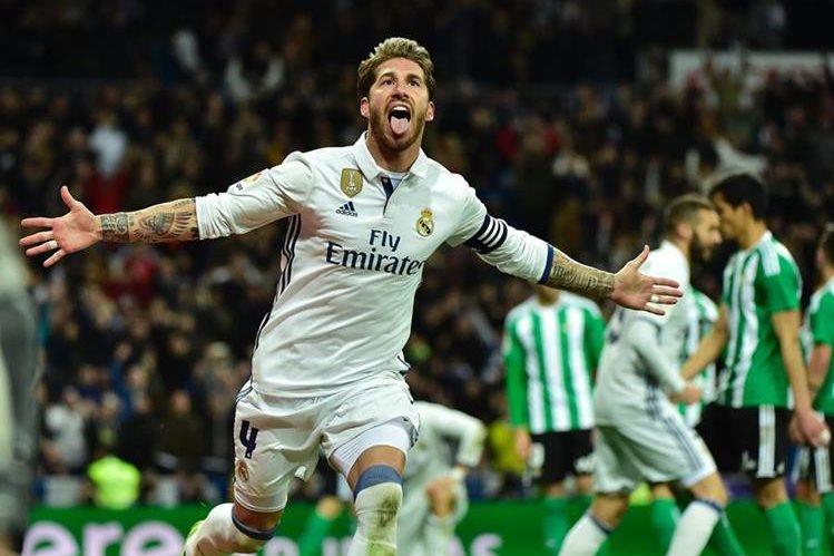 Ramos volvió a ser el salvador del Madrid con un gol de último minuto. (Foto Prensa Libre: AFP)