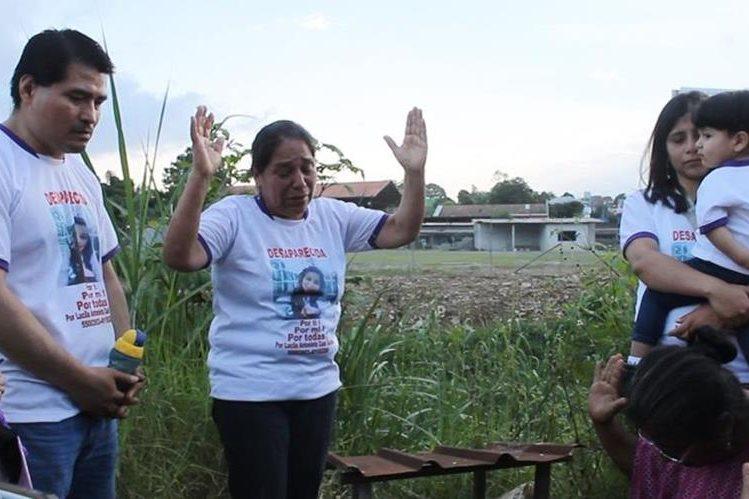 Parientes de Lucecita ruegan por su pronta aparición, en las cercanías del Puente El Arco, donde la joven de 25 años desapareció hace un año. (Foto Prensa Libre: Eduardo Sam Chun)