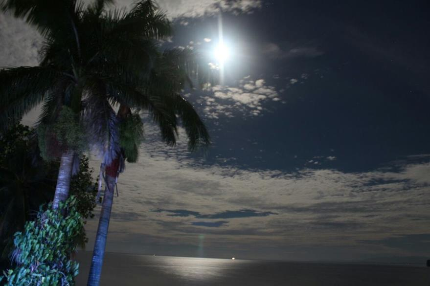 Vista de la Superluna en Izabal. (Foto Prensa Libre: Dony Stewart)