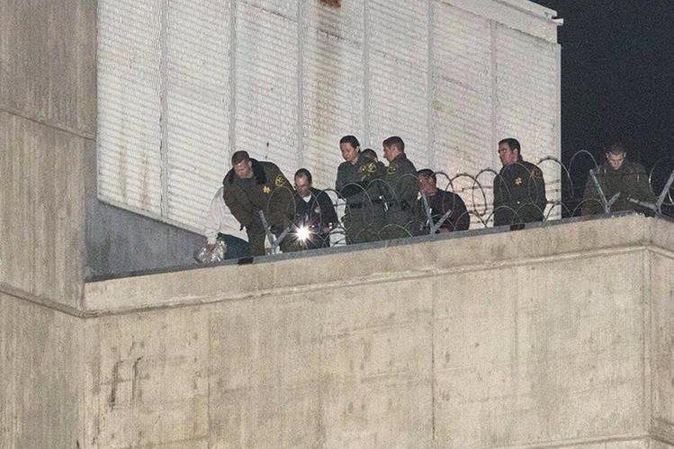 Investigadores observan el área donde se fugaron los reclusos. (Foto Prensa Libre: AP).