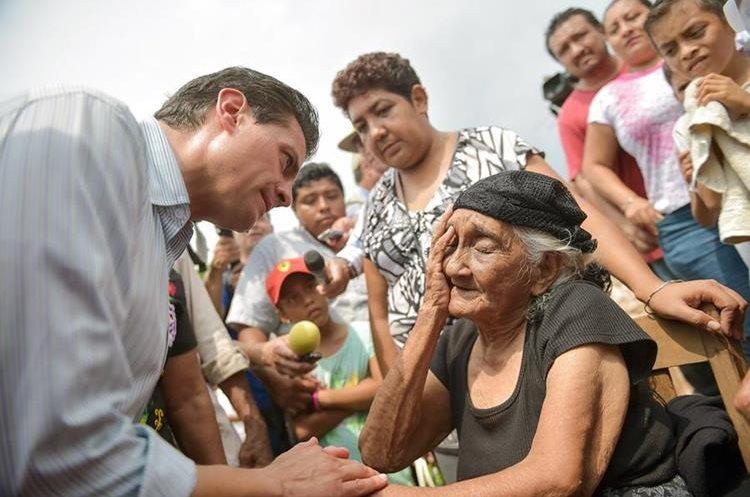 El presidente de México, Enrique Peña Nieto, visitó el viernes último las zonas afectadas en Oaxaca. (Foto Prensa Libre: EFE)