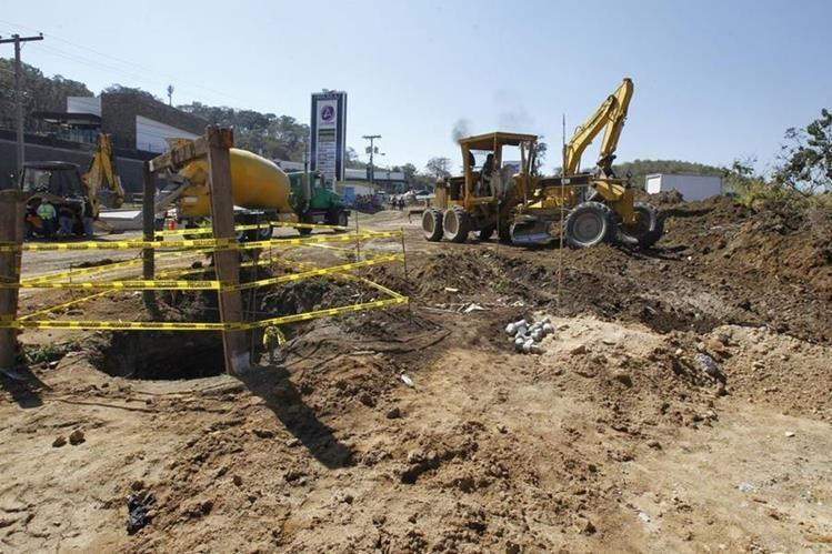 Los trabajos de ampliación de la carretera comenzaron este lunes y estarían listos en no más de dos años. (Foto Prensa Libre: Paulo Raquec)