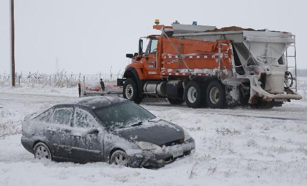Vehículo atascado entre la nieve en Colorado,EE.UU.