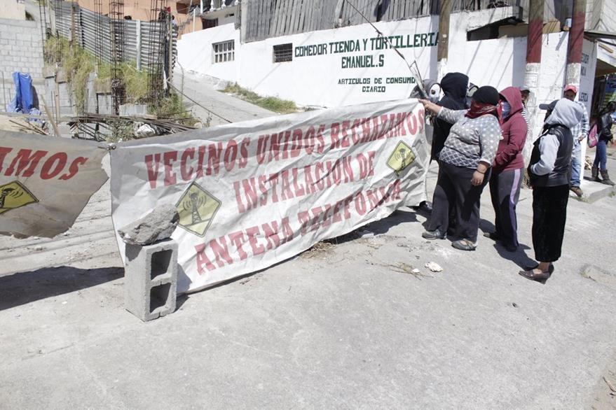 Grupo de mujeres en la zona 11 de Xela se oponen a instalación de una antena de telefonía. (Foto Prensa Libre: María José Longo)