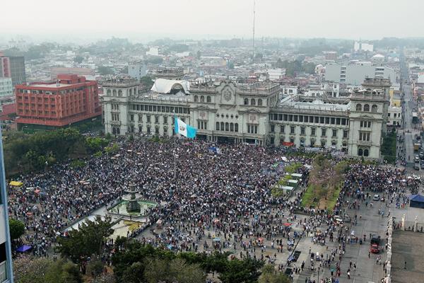 Miles de guatemaltecos exigen, en la Plaza de la Constitución, la renuncia del binomio presidencial. (Foto Prensa Libre: Hemeroteca PL)