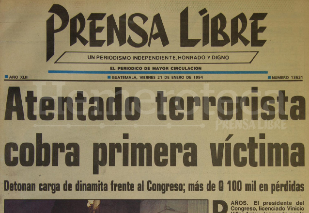 Titular de Prensa Libre del 21 de enero de 1994 en el que se informa del atentado terrorista frente a la sede del Congreso, en la víspera de la Consulta Popular. (Foto: Hemeroteca PL)