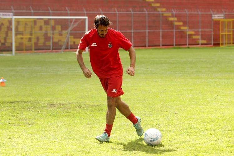 El delantero uruguayo, durante el entrenamiento con Municipal. (Foto Prensa Libre: Norvin Mendoza)