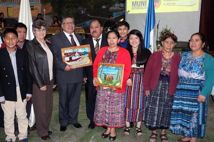 Ángel Gómez Rosales y Juan Pac Lepe posan junto a familiares, luego de haber  recibido reconocimiento, en  San Juan Ostuncalco.(Foto Prensa Libre: Carlos Ventura)