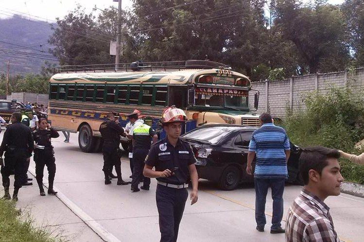 Investigadores policiales recaban evidencias en San Juan del Obispo, Antigua Guatemala, donde un piloto murió a balazos. (Foto Prensa Libre: Renato Melgar)