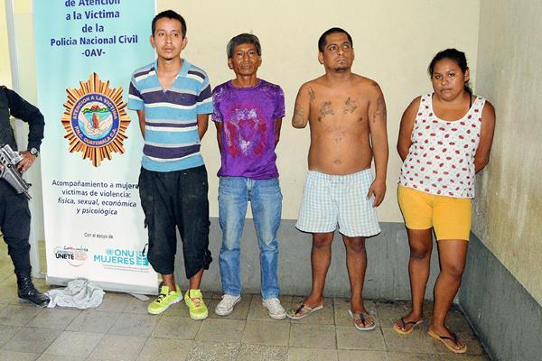Cuatro de los cinco presuntos extorsionistas capturados en la zona 3 de Zacapa. (Foto Prensa Libre)