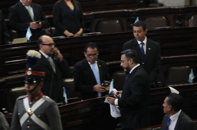 El diputado Javier Hernández mostró su descontento  y rompió las hojas puestas por los diputados de Encuentro por Guatemala.
