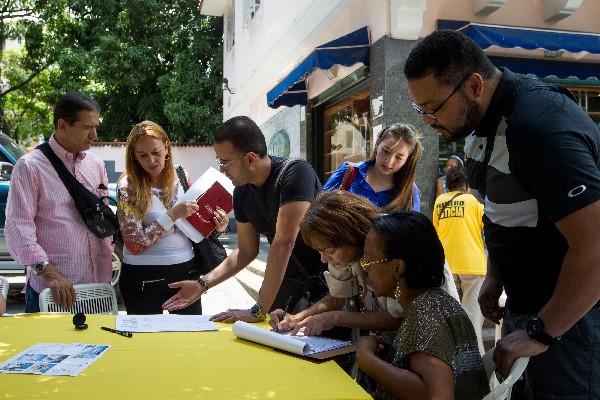 Recolección de firmas para solicitar el referendo contra Nicolás Maduro.(EFE).