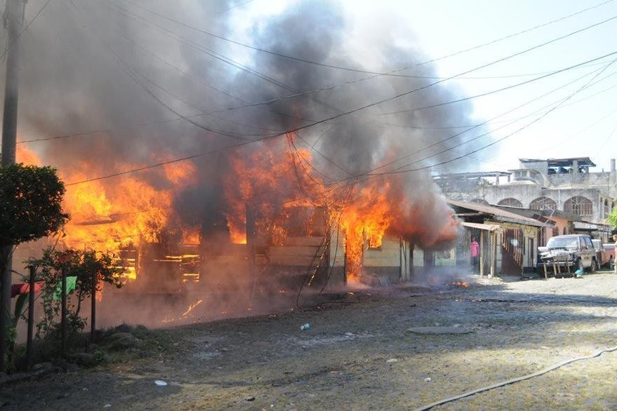 Incendio destruyó dos viviendas en el barrio Candelaria, Coatepeque. (Foto Prensa Libre: Alexánder Coyoy).