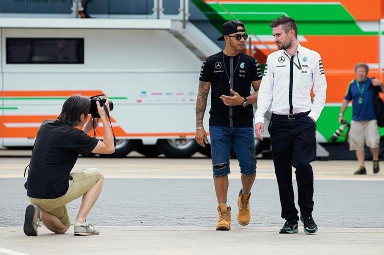 Lewis Hamilton en el área de entrenamientos del GP de Gran Bretaña. (Foto Prensa Libre: AP)