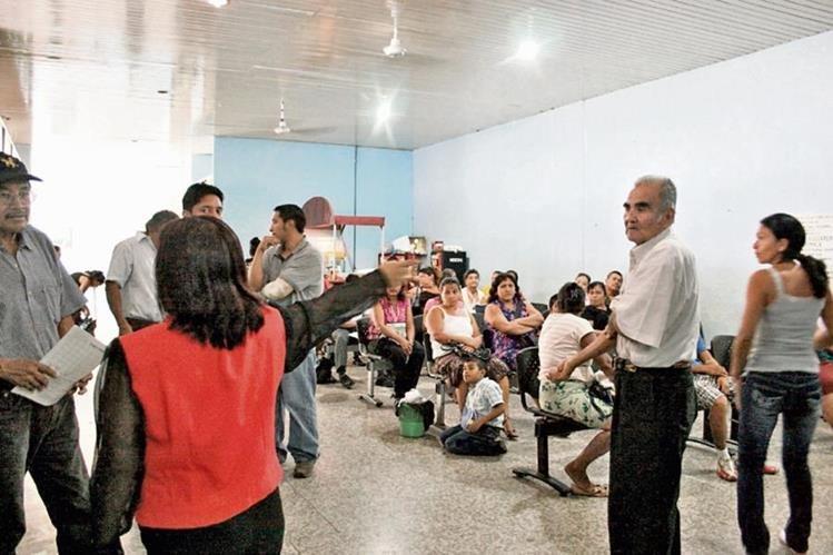 Vecinos de la cabecera departamental de Escuintla acuden al hospital regional por síntomas de dengue.