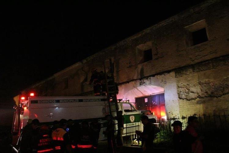 Socorristas utilizan escaleras para rescatar a pareja de novios atrapados en las ruinas de Santa Teresa, Antigua Guatemala. (Foto Prensa Libre: Noti Prensa Sacatepéquez)